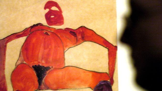 00000000000- Ein Besucher der Schirn-Kunsthalle betrachtet eine Aktzeichnung von Egon Schiele