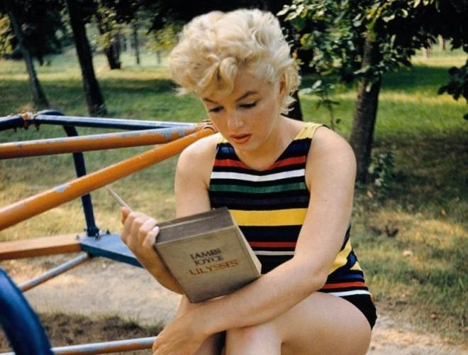 Marilyn-leyendo-a-Joyce-960x623